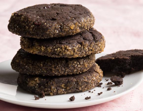 Assiette blanche avec une pile de biscuits au chocolat avec rebords en croûte de sucre